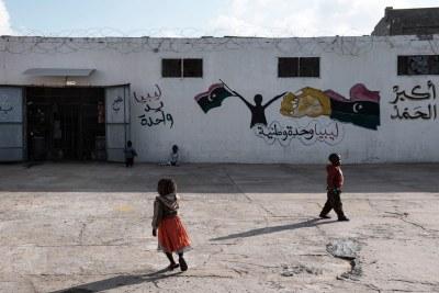 Des enfants migrants à l'extérieur d'un centre de détention à Tripoli, en Libye