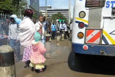 Nairobi, Kenya : les bus laissent souvent tourner leur moteur pour attirer les clients.