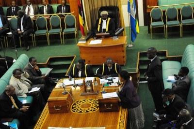 Les députés débattent en séance plénière.