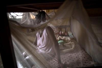 Une jeune femme photographiée en mars 2018 avec son bébé dans un refuge géré par un centre privé à Lagos, au Nigeria. Elle était auparavant victime de violences sexuelles aux mains d'une milice en Libye, avant de pouvoir fuir avec l'aide de l'Organisation internationale pour les migrations (OIM) et du gouvernement nigérian.