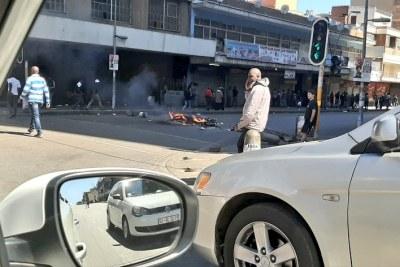 Pillage et émeute le long de la rue Jules à Jeppestown. La situation est volatile.