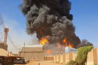 Un voile de fumée âcre s'élève au-dessus de l'usine dans une ville africaine