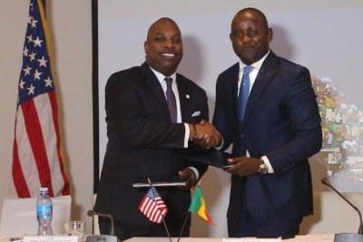 Le Délégué Général de la DER, M. Pape Amadou Sarr signant un protocole d'entente avec M. C.D. Glin de l'USADF, le samedi 14 décembre 2019 à Dakar