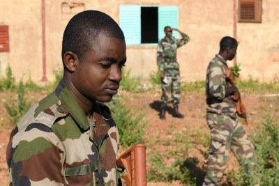 Les membres des unités de génie des Forces Armées Nigeriennes (Forces armées nigériennes) recherchent des engins explosifs improvisés lors d'un cours de sensibilisation aux EEI à Niamey, Niger, le 11 octobre 2019.