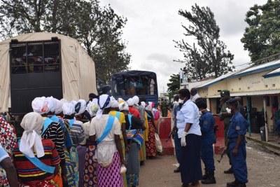 Au poste-frontière de Gatumba, les adeptes d'Eusébie attendant l'enregistrement