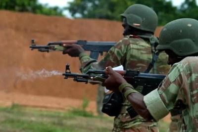 Des soldats béninois à l'entraînement aux armes légères
