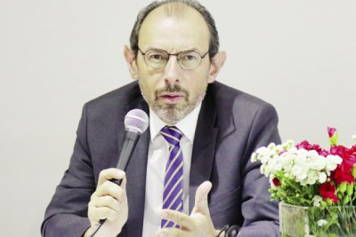 L'ambassadeur de France à Madagascar, tenant un discours lors de leur fête nationale.