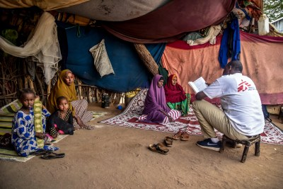 An MSF outreach staff holds a discussion with mothers in Dagahaley camp.