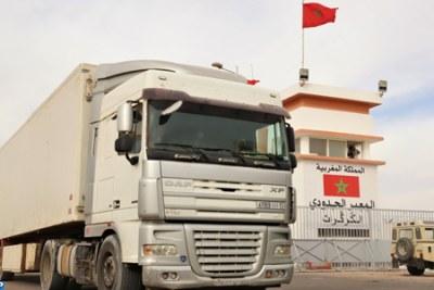 Frontière El Guerguarat - Les camionneurs, qui ont été bloqués pendant trois semaines des deux côtés du no man's land qui sépare les frontières marocaines et mauritaniennes, n'ont pas caché leur bonheur en reprenant leurs activités