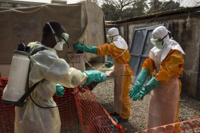 Un travailleur de la santé est désinfecté à Conakry, en Guinée, lors de l'épidémie d'Ebola en Afrique de l'Ouest en 2015.