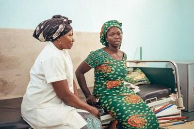 Micheline Yotoudjim (à gauche), une survivante de la fistule, aide d'autres femmes qui souffrent de fistule obstétricale à suivre le traitement. Ici, on la voit assise avec une femme au Centre national de traitement de la fistule à N'Djamena au TChad.