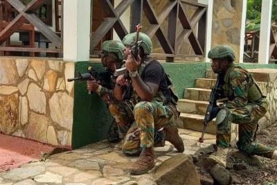 Exercice de formation des militaires ghanéens par les Éléments français au Sénégal, à Asutsuare, le 29 avril 2021.