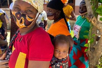 (Photo d'archives) - Une femme et son bébé qui ont fui leur maison dans le nord du Mozambique en novembre 2020 vivent désormais dans un camp pour personnes déplacées.