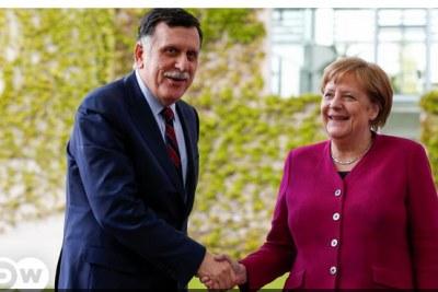 Le Premier ministre libyen Fayez al-Sarraj serrant la main de la Chancellière allemande, Angela Merkel.