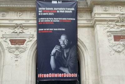 Une banderole a été déployée sur le fronton de la mairie du Xe arrondissement, 100 jours après l'enlèvement du journaliste Olivier Dubois au Mali.