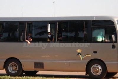 Cette photo prise le 25 août montre les Afghans alors qu'ils sont conduits dans un bus du gouvernement en Ouganda, tôt mercredi matin.